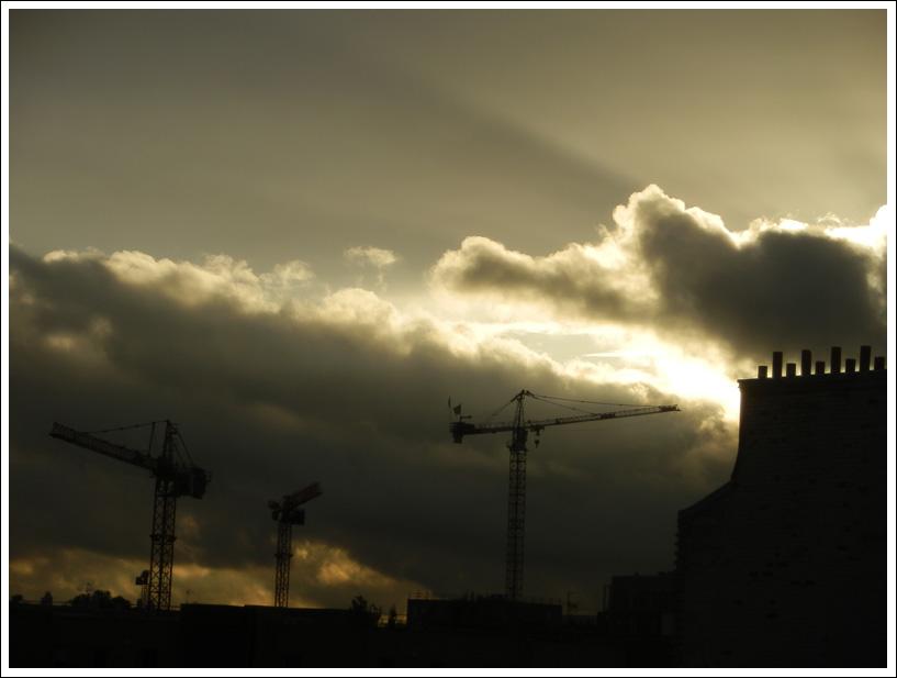 Coucher de soleil entre grues et nuages, Paris