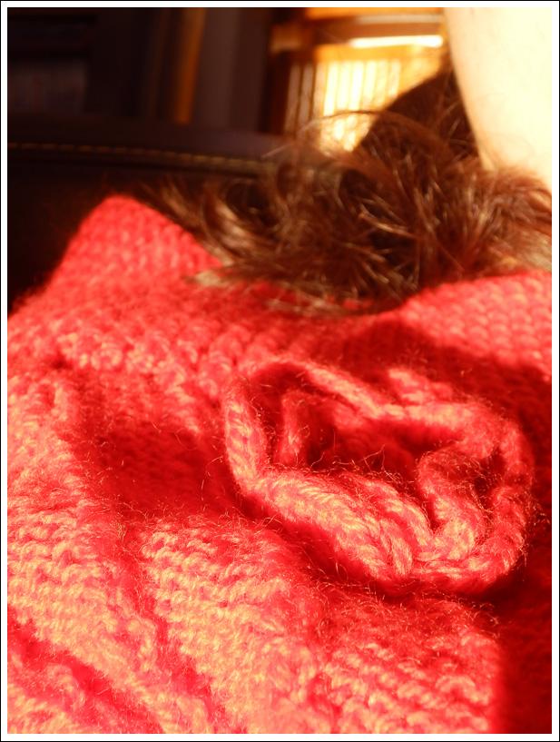 Pull rouge tricoté par mamie au soleil couchant